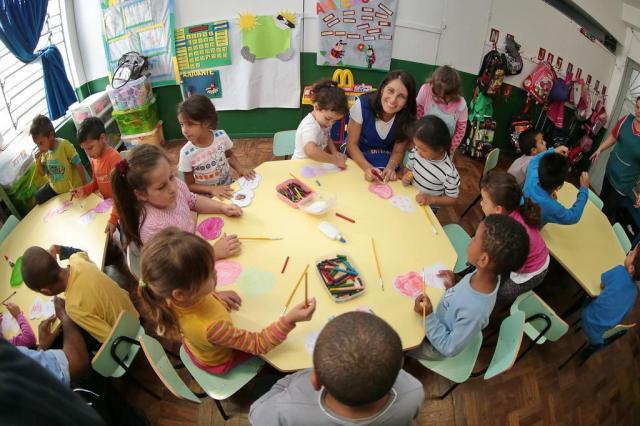Estimulada pela empresa, Raquel Silveira passou a liderar o grupo de voluntariado Foto: Ricardo Duarte / Agencia RBS